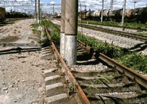 Gleise mit Pfeilern zugebaut