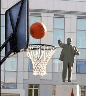 Statue wirft Basketball in den Korb