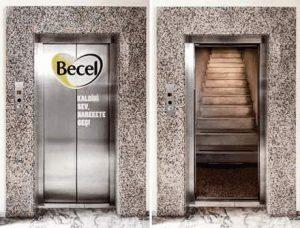 Aufzug: Türen öffnen sich, und dann kommt eine Treppe