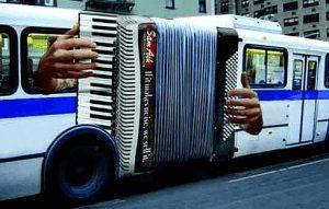 Akkordeon und Bus