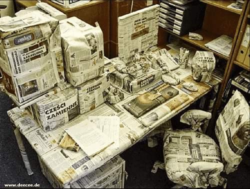 Alle Gegenstände im Büro und auf dem Schreibtisch in Zeitungspapier eingewickelt