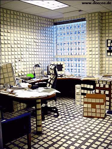 Büro mit Post-It Zetteln zugeklebt