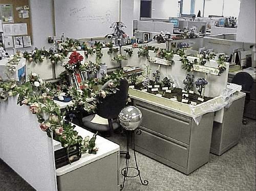 Büro mit Blumen vollgestellt