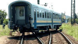 Eisenbahn-Waggon liegt quer auf den Schienen