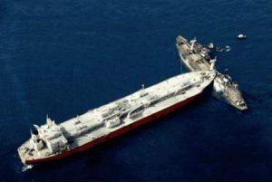 Großes Schiff rammt kleines Schiff