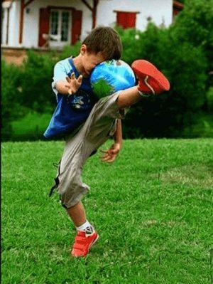 Autsch - Junge haut Fußball an eigenen Kopf