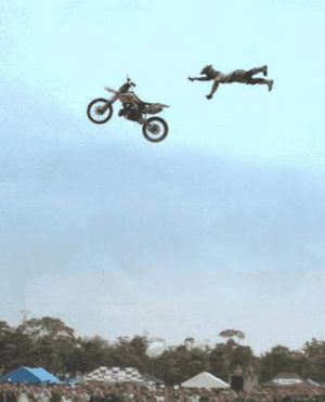 Stuntman verliert Motorrad in der Luft