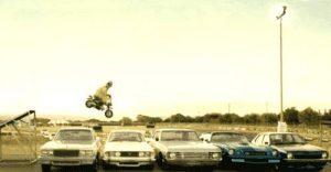 Mit dem Motorrad über eine Reihe von Autos springen