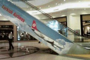 Rolltreppe mit Flugzeug