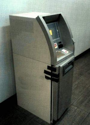 Geldautomat mit Klebeband gesichert
