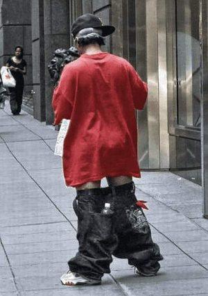Mann dem die Hose herunterrutscht