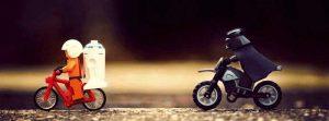 Darth Vader verfolgt R2D2 auf einem Fahrrad