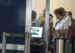 Person hinter dem Schalter spielt am PC Solitäre.