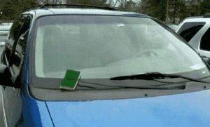Auch eine Möglichkeit die Autoscheibe zu reinigen.
