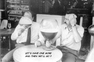 2 Männer trinken wirklich großes Bier