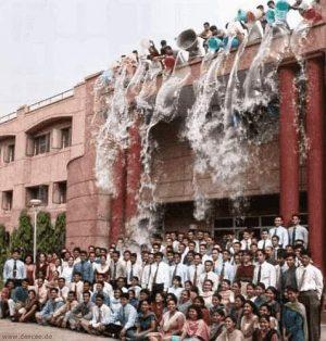 Gruppe vor Haus bekommt eine Ladung Wasser ab