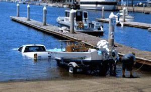 Auto statt Boot im Wasser