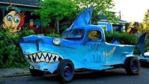 Auto als Hai verkleidet