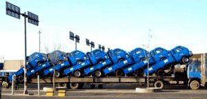 8 kleine Lieferwagen auf einem großen LKW
