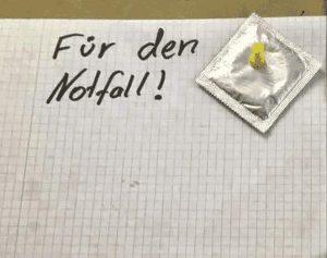 Für den Notfall: Kondom an die Wand gepinnt