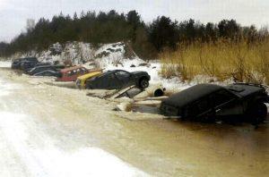 Autos versinken im Wasser