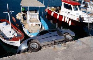 Auto am Kai geparkt