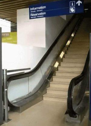 Imitat einer Rolltreppe aus Steinen