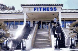 Eingang zum Fitness-Studio: alle nutzen die Rolltreppe