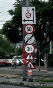 Zahlreiche Verkehrsschilder übereinander