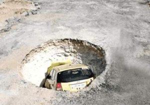 Auto fällt in Baugrube