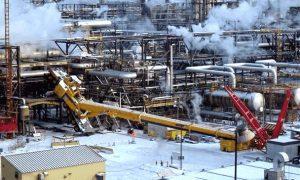 Kran liegt in einer Raffinerie flach auf dem Gelände