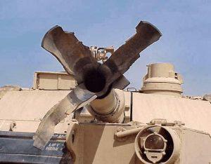 Kanone eines Panzers nach Rohrkrepierer zerfetzt