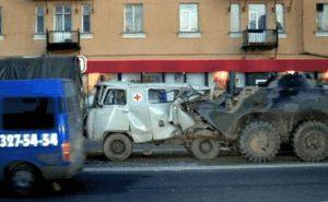 Panzer fährt auf Rettungswagen auf