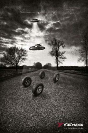 UFO zieht mit Traktorstrahl ein Auto hoch. Doch die Reifen haften auf der Straße