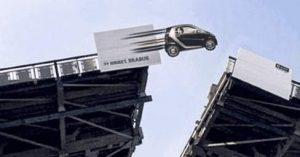 """Klappbrücke: Auto """"fliegt"""" auf die andere Seite"""