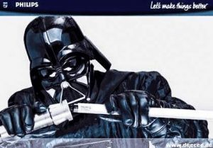 Darth Vader versucht aus einer Leuchtstoffröhre ein Laserschwert zu bauen