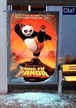 Kung-Fu Panda auf Filmplakat zersplittert Glasscheibe an Haltestelle