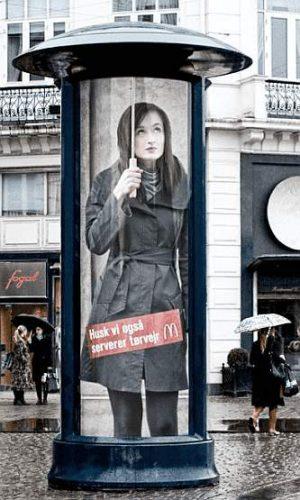 Litfass-Säule: Werbung für Regenschirme