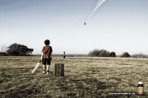 Kleiner Junge bringt mit Baseball Flugzeug zum Absturz - Dank der richtigen Pillen